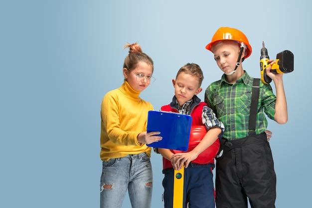 Construyo mi sueño. niños soñando con la profesión de ingeniero.