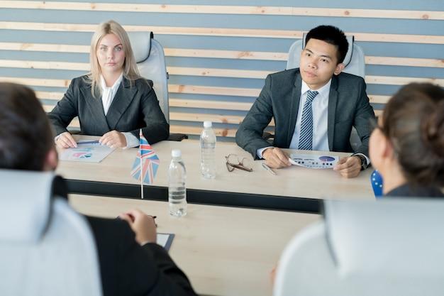 Cónsules confiados que escuchan ofertas de otros países