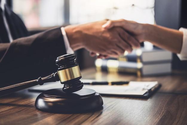 Consulta entre un abogado y una mujer de negocios