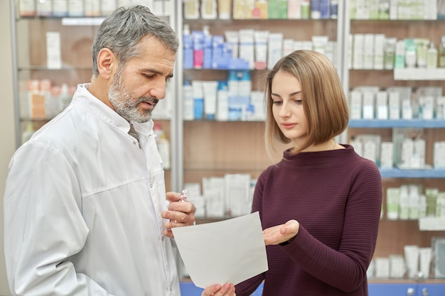 Consulta del cliente con el químico sobre la prescripción.