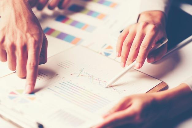 Consulta de hombres de negocios. para el éxito empresarial