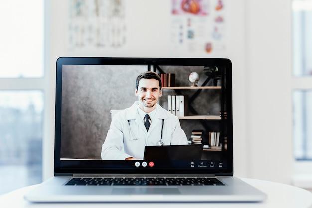 Consulta en línea con computadora portátil en el escritorio