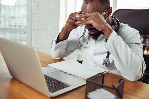 Consulta médica para el paciente, estresado y molesto. Foto gratis