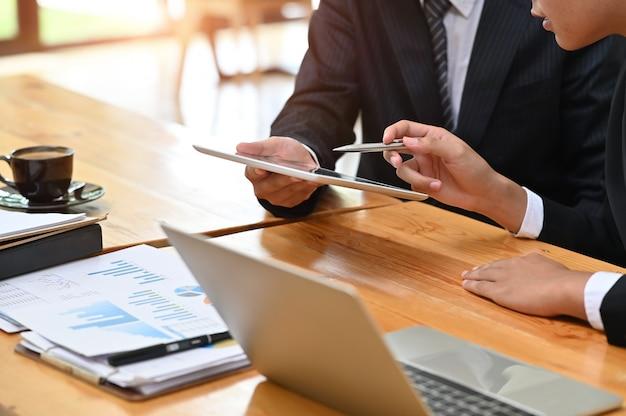 Consulta de negocios, empresario que trabaja con documentos financieros y tableta con reunión y planificación.