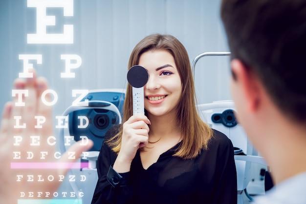 Consulta con un oftalmólogo. equipo medico. coreometría