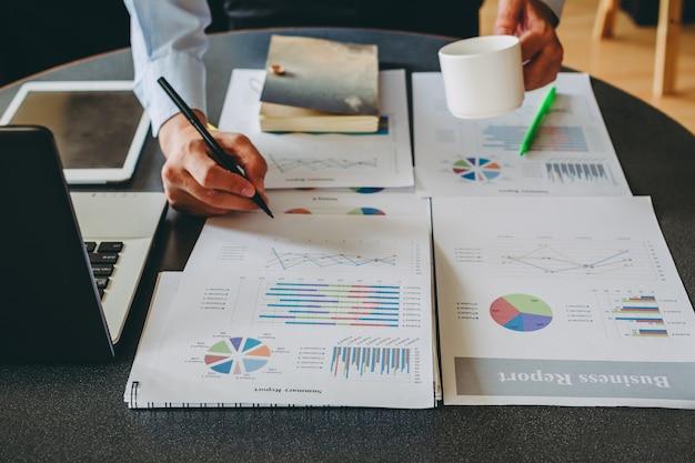 Consultor de inversión de empresario analizar el balance de informe financiero de la empresa con el documento