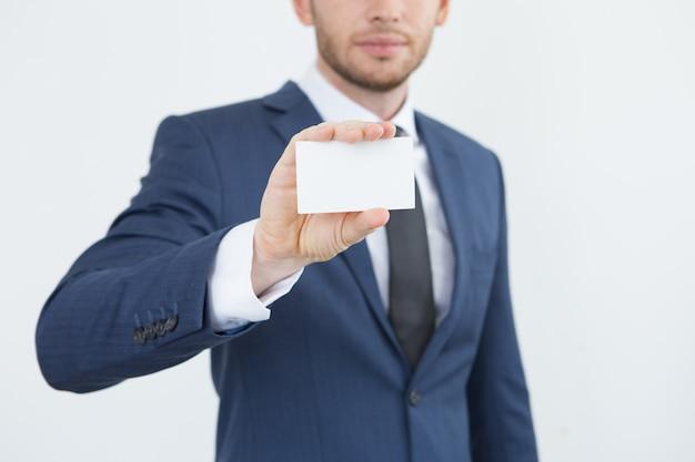 Consultor masculino presentándose