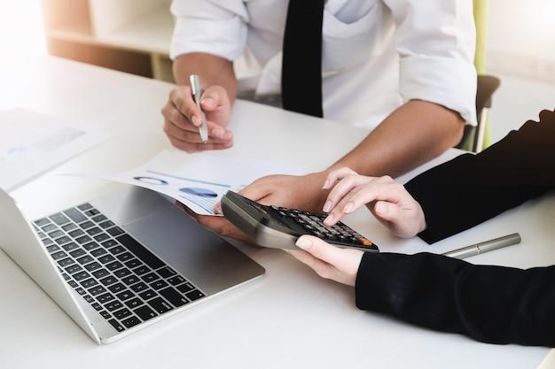 Un consultor de negocios masculino describe un plan de marketing para establecer estrategias comerciales. planificación empresarial y concepto de investigación empresarial.