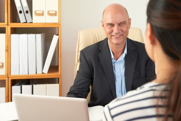 Consultor de negocios trabajando con el cliente.
