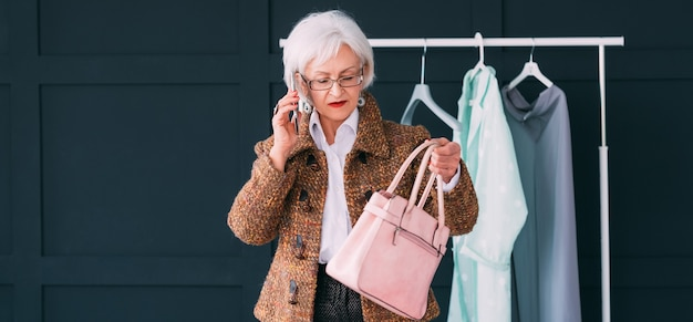 Consultora de moda en showroom. mujer de moda senior. estilista personal en el trabajo