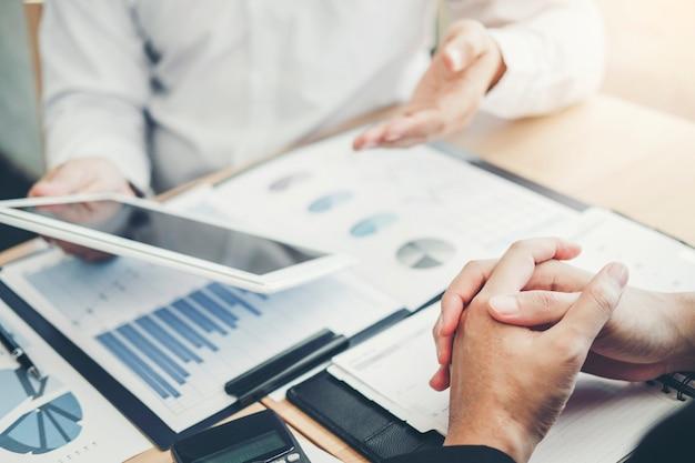 Consultoría de negocios, reunión de trabajo e intercambio de ideas, nuevo proyecto de negocios, concepto de inversión financiera.