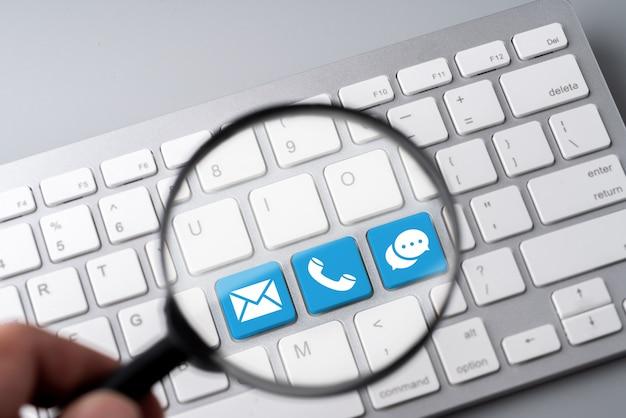 Contáctenos icono de negocios en el teclado de la computadora en estilo retro