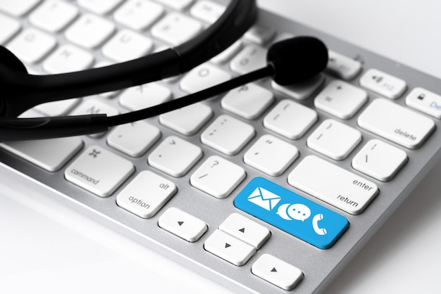 Contáctenos icono en el teclado con auriculares y micrófono
