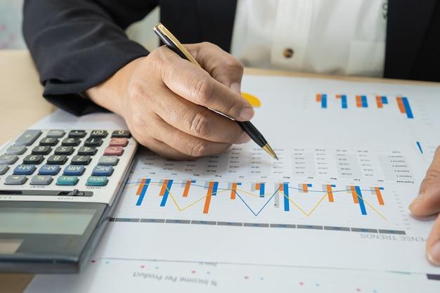 Contador asiático trabajando y analizando proyectos de informes financieros.