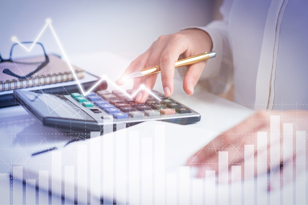 Contador calculando ganancias con gráficas de análisis financiero