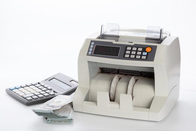Contador de dinero aislado en blanco