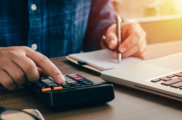 Contador, empresario o banquero que realiza cálculos. en el concepto financiero de finanzas empresariales, contabilidad, banca, impuestos