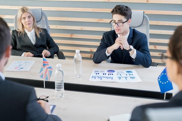 Contador internacional pensativo que explica problemas presupuestarios