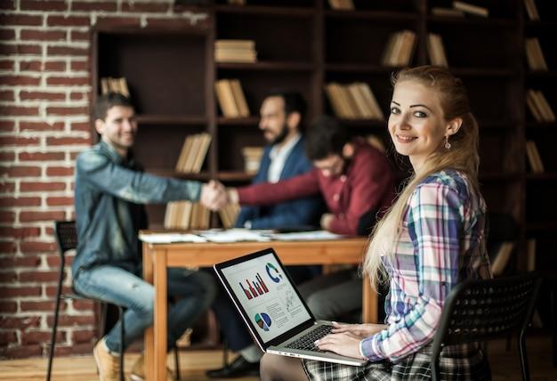 Contador trabaja con gráficos financieros en la computadora portátil en la oficina