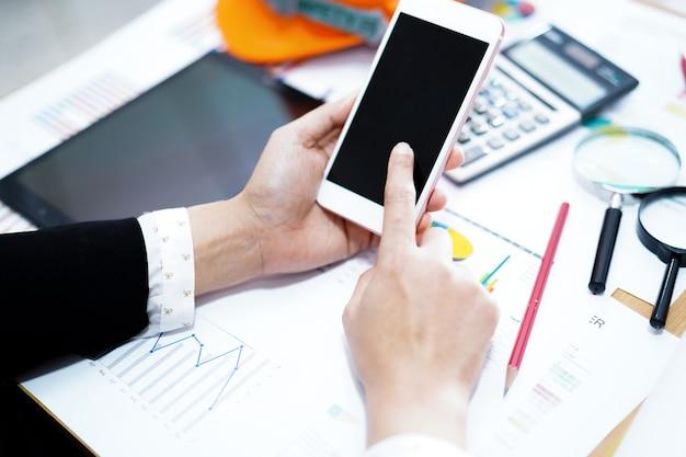 Contador trabajando y analizando informes financieros