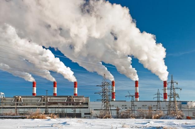 Contaminación del aire de la fábrica, humo de la chimenea.
