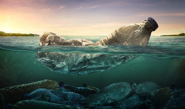 Contaminación de botellas de agua plásticas en el océano.