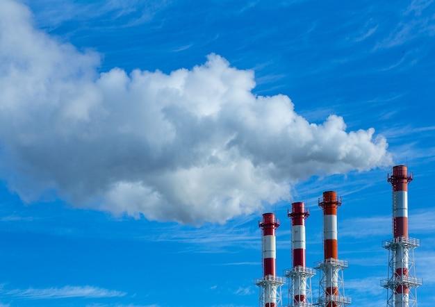 Contaminación por humo. tubos de humo contra el cielo azul