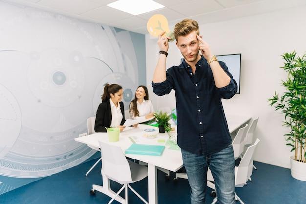 Contemplado negocios jóvenes con icono de bombilla en la oficina