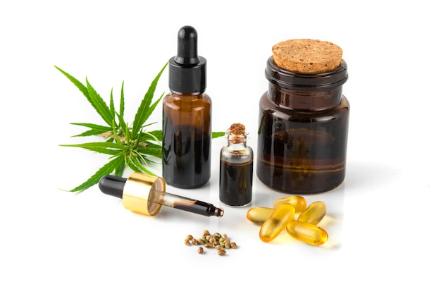 Contenedor de aceite esencial de cannabis con hojas de cannabis y semillas de cannabis.