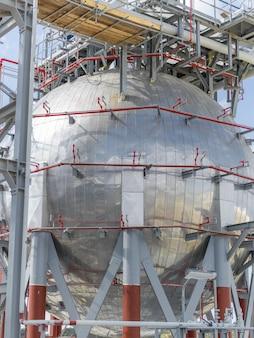Contenedor de aceite moderno en el territorio