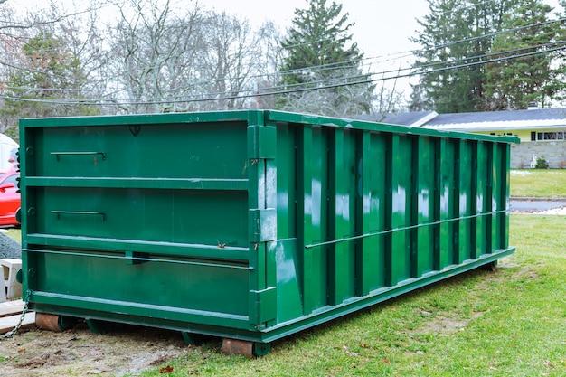 Contenedor de basura lleno de bolsas de basura azules basurero lleno de basura