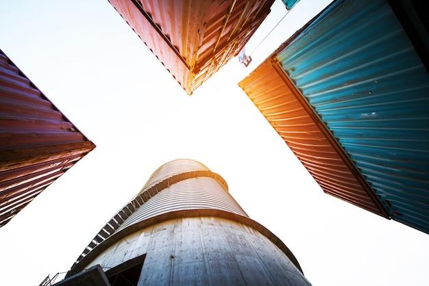 Contenedor, buque portacontenedores en importación-exportación y logística empresarial.