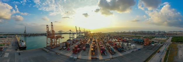 Contenedor de carga en el puerto de la fábrica en el polígono industrial para la exportación de importación en todo el mundo, vista aérea del transporte marítimo.