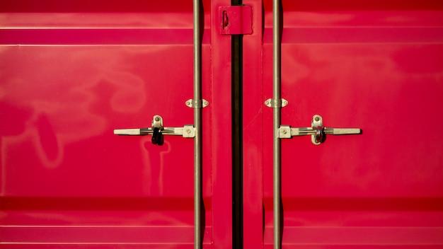 Contenedor de carga rosa para transporte con puerta cerrada.