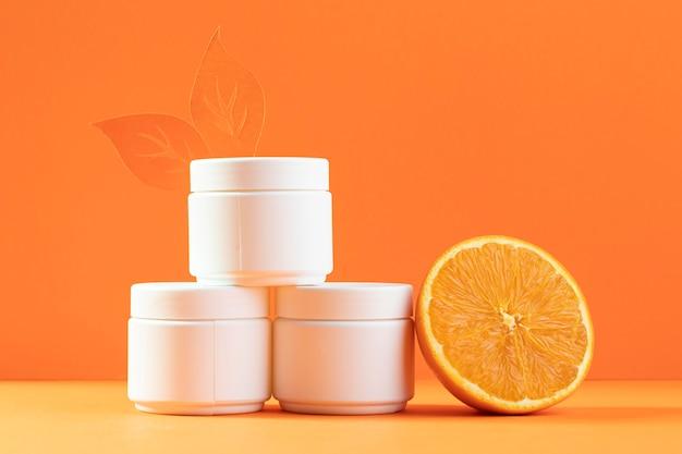 Contenedor de crema facial con naranja