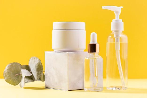 Contenedor de crema facial con planta