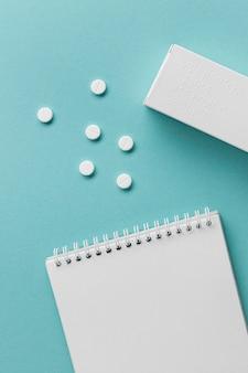 Contenedor de pastillas de vista superior con alfabeto braille
