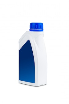 Contenedor de plástico para aceite de máquina aislado sobre fondo blanco.