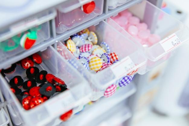 Contenedor de plástico con diferentes tipos de botones para la venta al por menor.