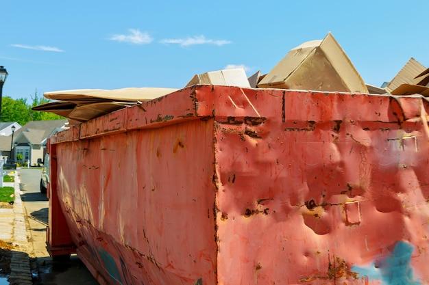 Contenedor de reciclaje de basura en entorno ecológico.