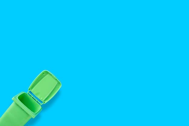 Contenedor verde, vista superior, fondo azul
