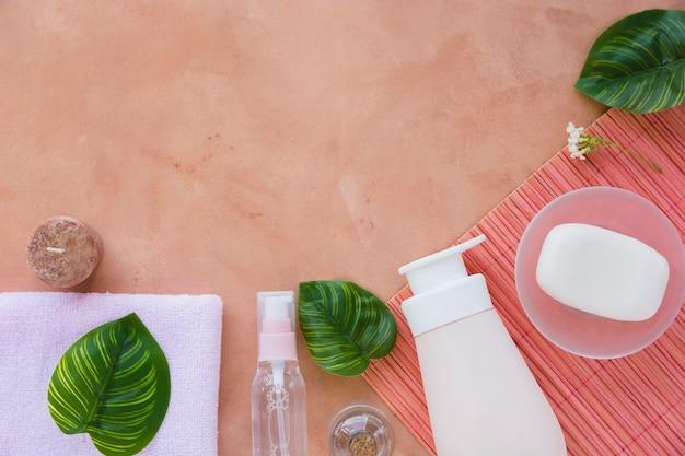 Contenedores de baño barra de jabón y toalla con copia espacio