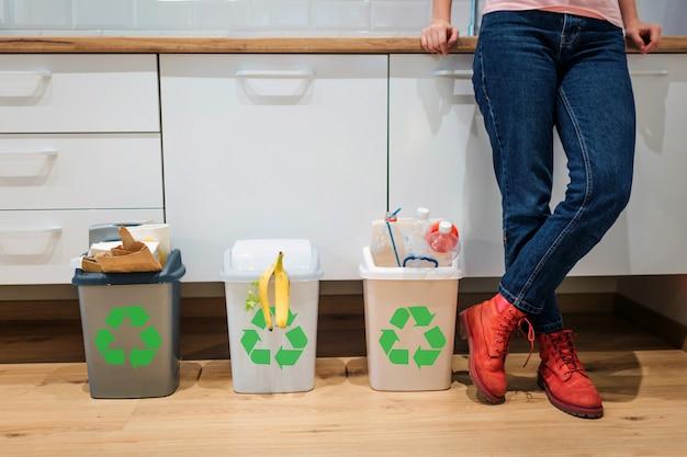 Contenedores de basura coloridos llenos de plástico, bio alimentos, papel