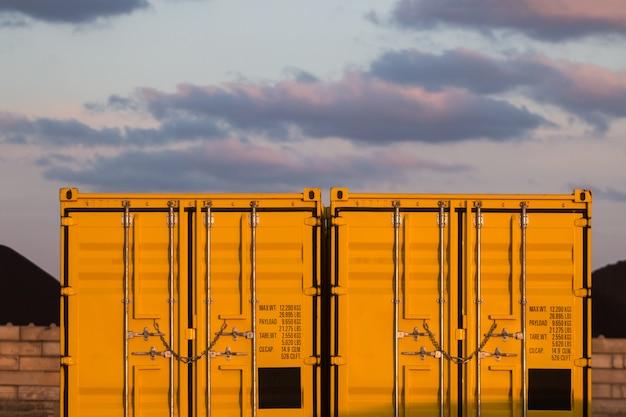 Contenedores de carga amarilla