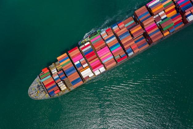 Contenedores de carga comercial y naviera.
