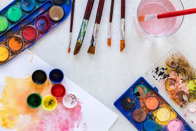 Contenedores de colores de pintura copia vista superior del espacio