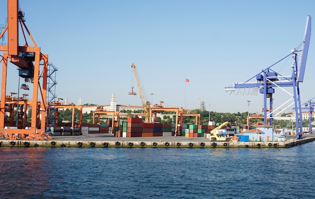 Contenedores de elevación con grúa en el puerto marítimo