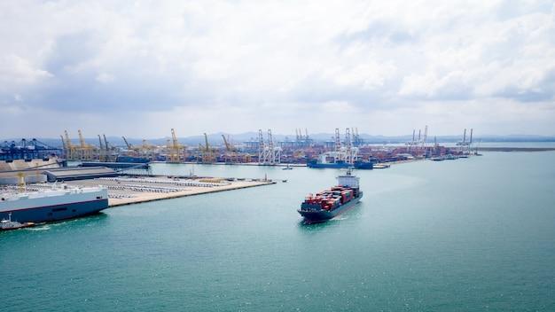 Contenedores de envío logística importación y exportación mar abierto internacional y puerto de envío antecedentes