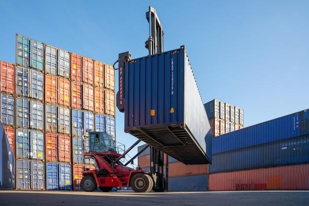 Contenedores en la logística portuaria