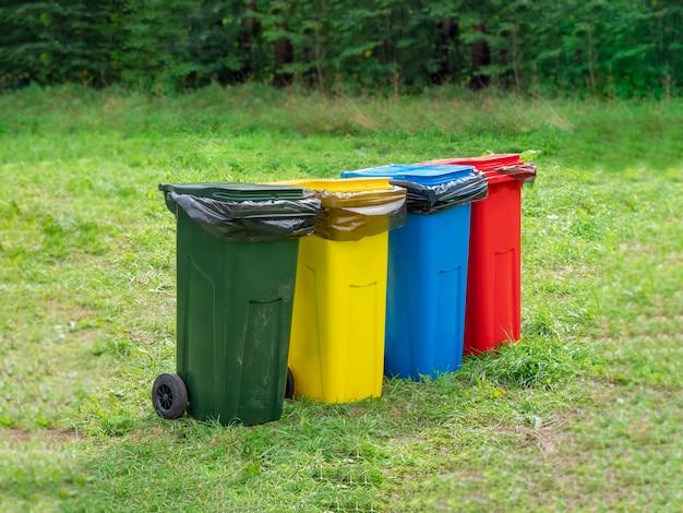 Contenedores multicolores para recolección de basura separada